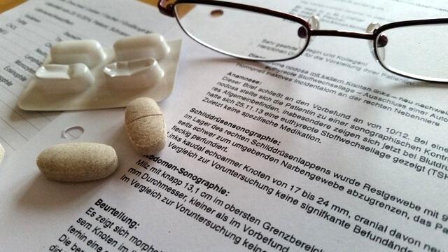 Lesebrille, Medikamente und medizinische Briefe